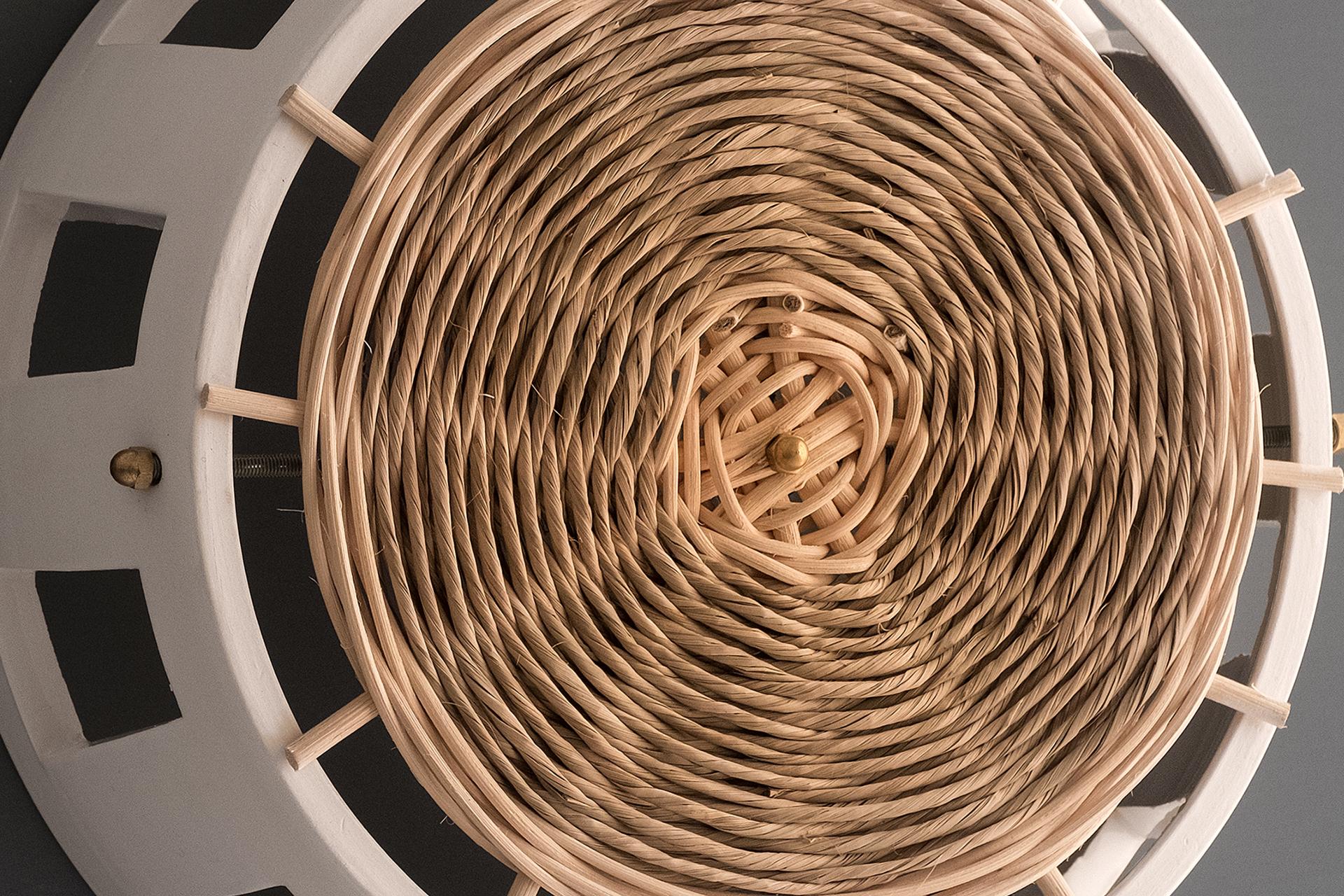 Dettaglio dell'applique da parete Ajour, in ceramica e intrecci di fibra naturale