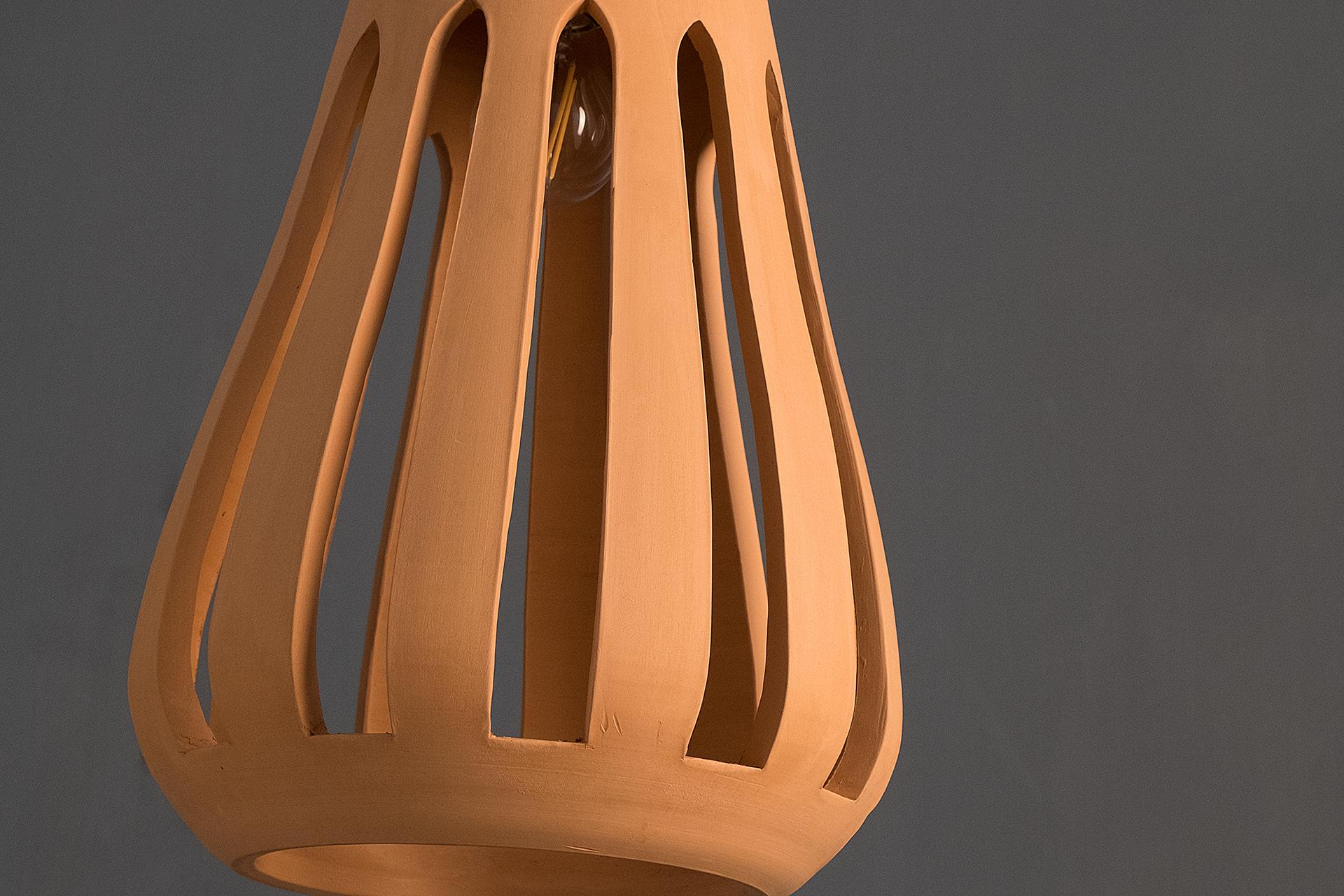 Dettaglio di Nassa, lampada a sospensione artigianale in argilla bianca e rossa lavorate a mano