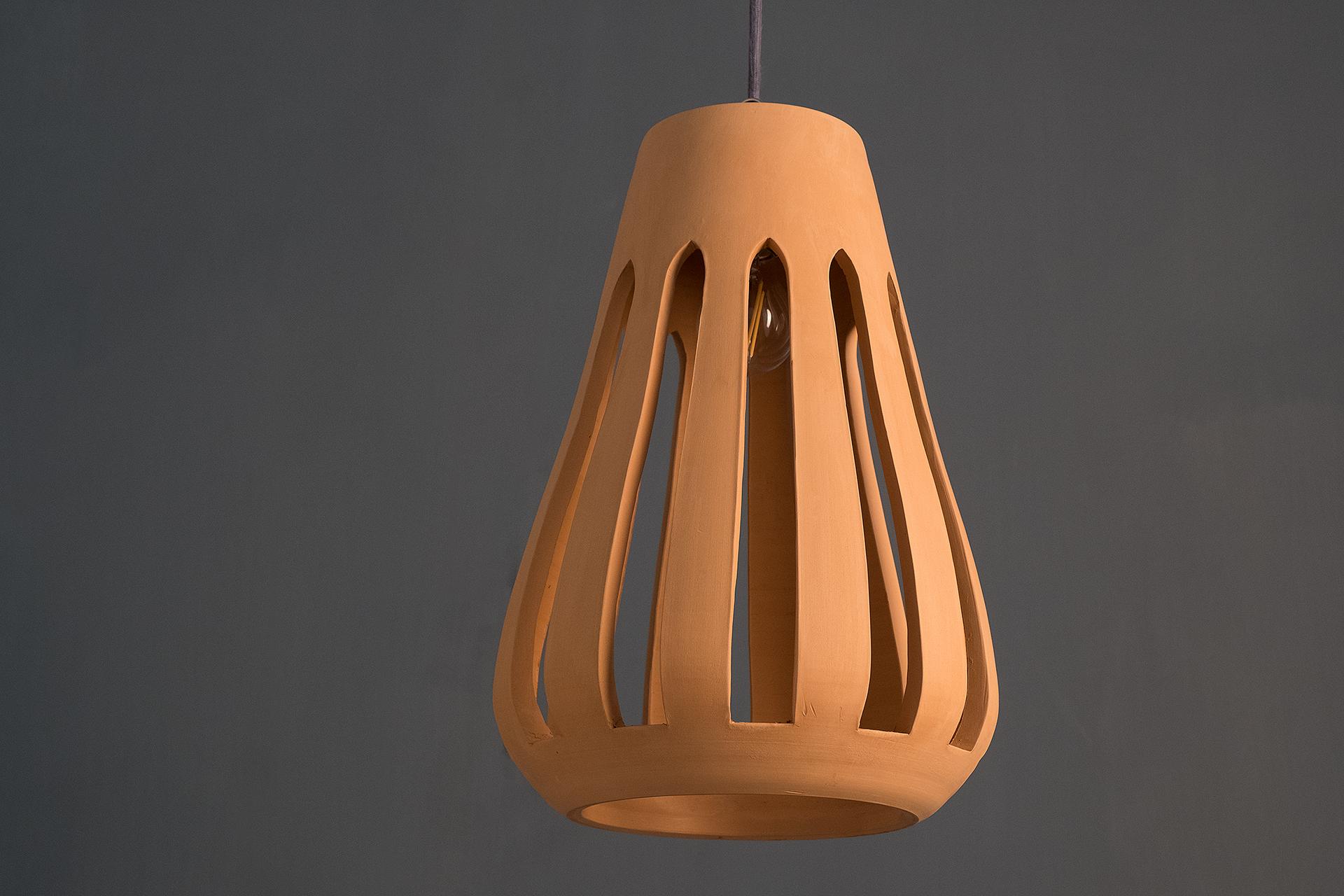 Nassa, lampada a sospensione artigianale in argilla bianca e rossa lavorate a mano