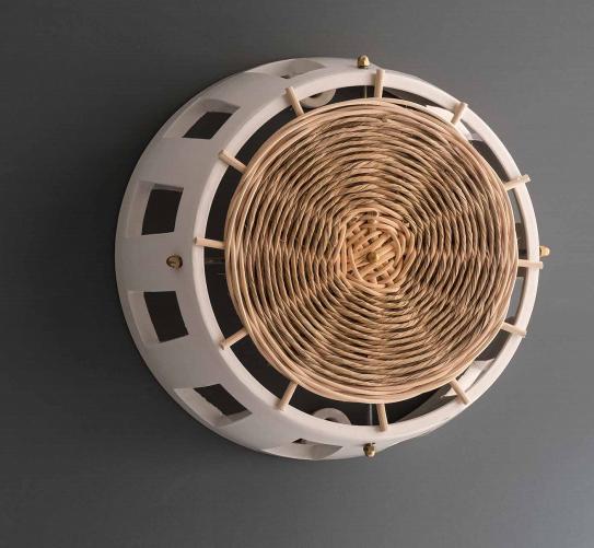 Ajour è l'applique da parete realizzata artigianalmente da Lungomare design con il corpo in ceramica e intrecci di fibre naturali. Lungomaredesign.it