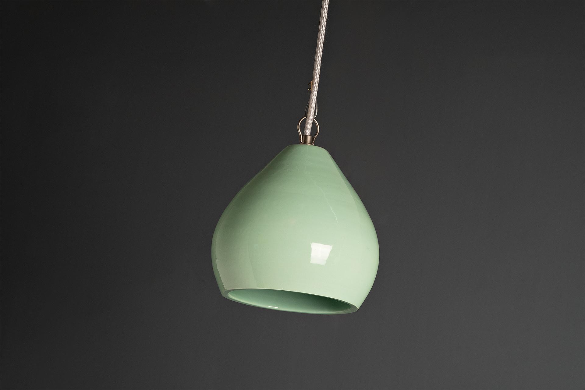 Phyo, lampada a sospensione componibile e disponibile in due formati, realizzata artigianalmente in argilla smaltata