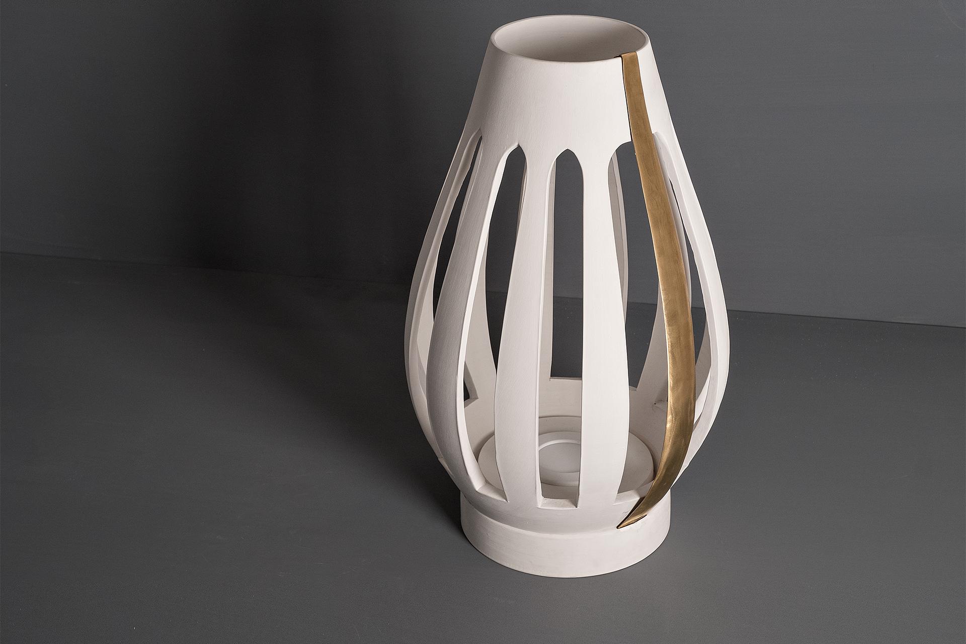 Lampada da terra Spira, realizzata artigianalmente da Lungomare design in argilla bianca, rossa e cristallina e inserti in ottone o in ferro